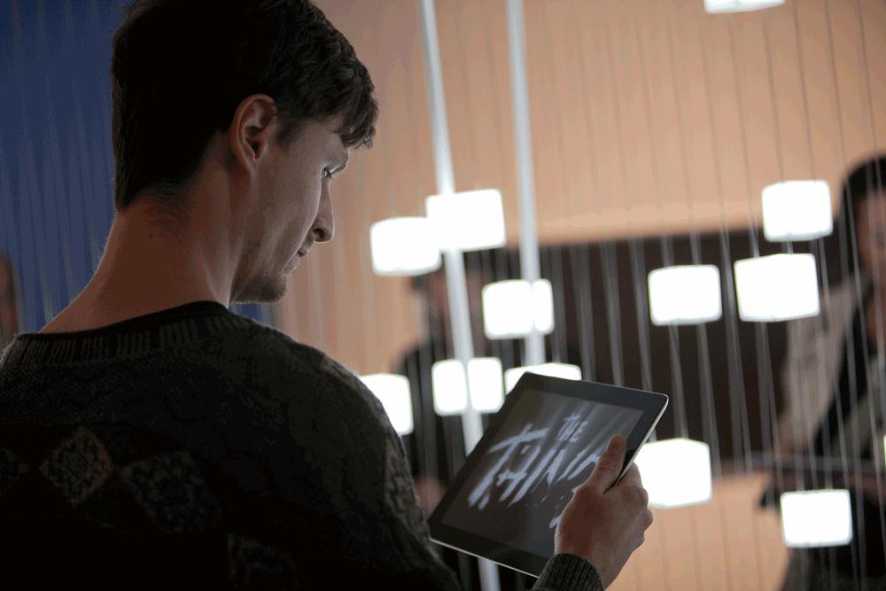 Moving Types Ausstellung Mann mit iPad App