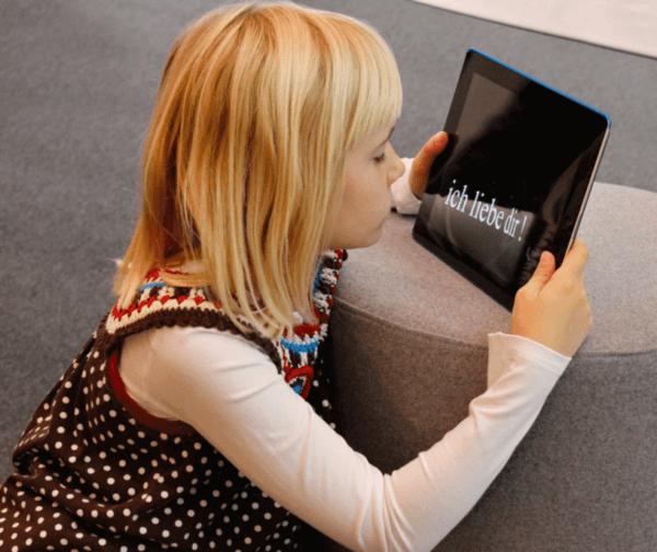 Moving Types Ausstellung Kind mit iPad Applikation
